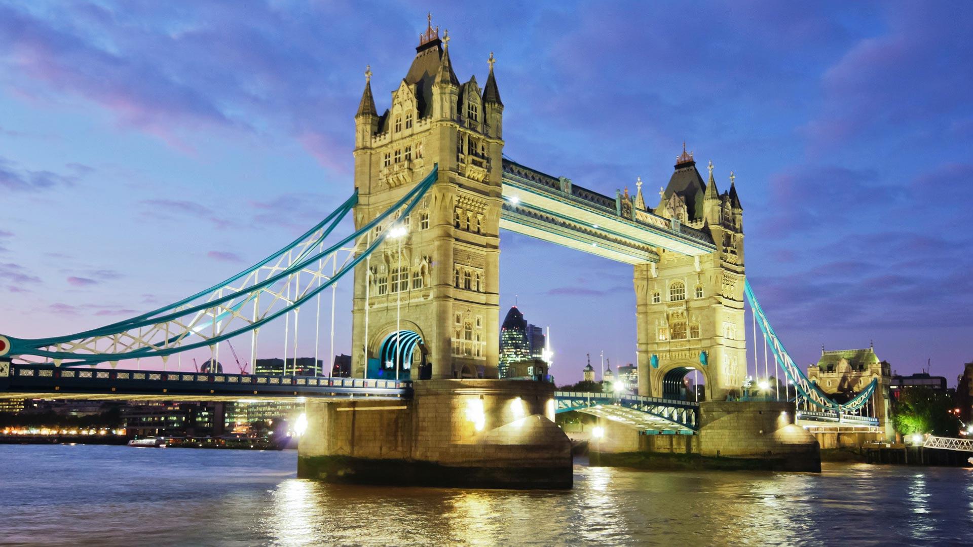 象征着伦敦正门的塔桥 英国,伦敦 从伦敦塔桥开始的旅行,畅游泰晤士河 只要是和伦敦有关的纪录片或电影,塔桥的出镜率都超级高。这座上开悬索桥每日吸引着来自世界各地的游客参观。夜景的伦敦塔桥更是泰晤士河上一座亮丽的风景线。塔内有展室可了解桥的工作情况,还可以参观塔桥博物馆了解它的历史。 1、伦敦塔桥透明玻璃走廊 伦敦塔桥透明玻璃走廊位于伦敦塔桥的塔顶,喜欢高空惊险漫步的游客绝对不能错过。在这里你站在140英尺的高空,俯瞰桥面和泰晤士河两侧的美景,车水马龙静悄悄的在脚下流过,一切美景尽收眼底。如果去的时机合适