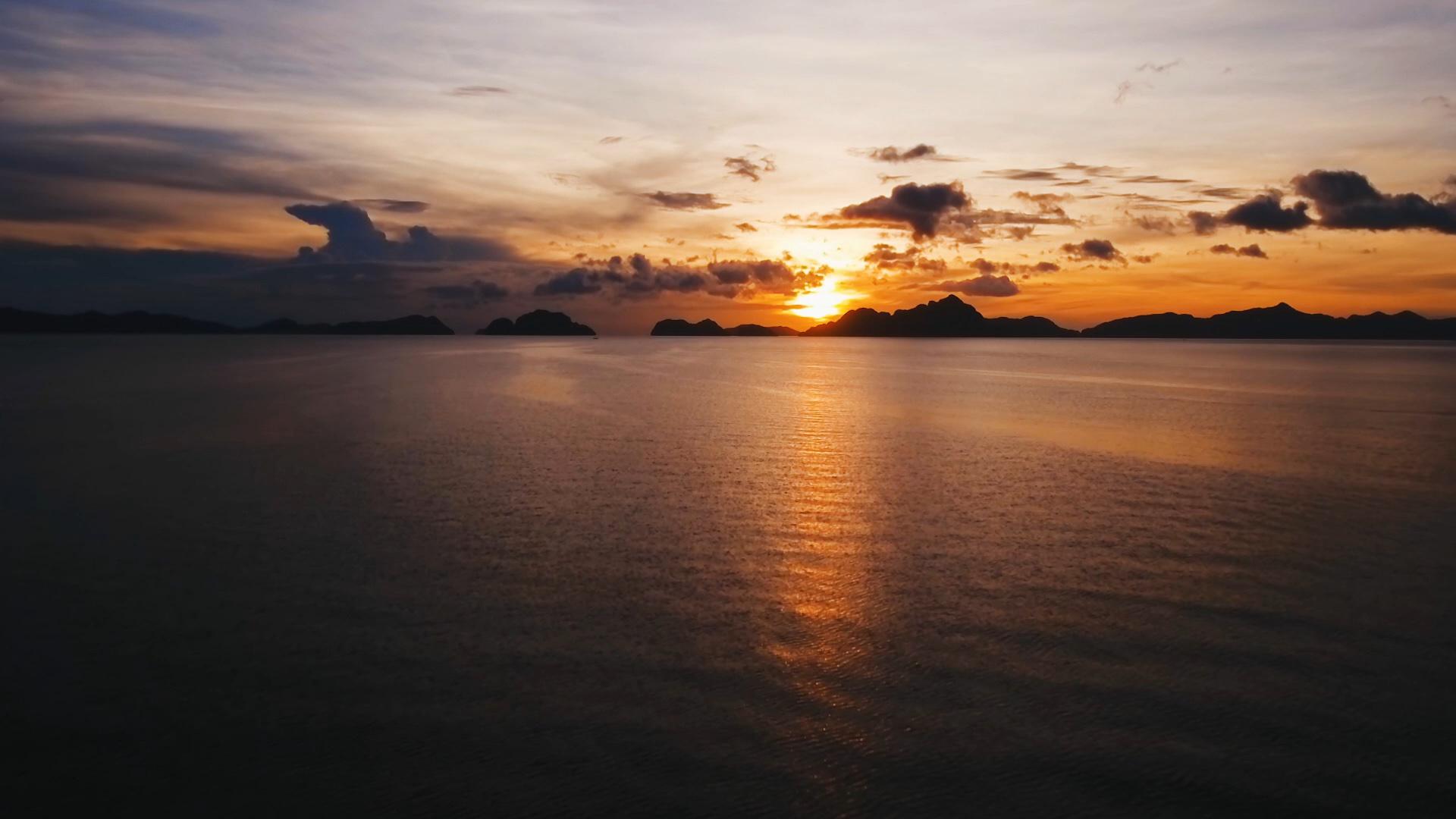 就让自然成为自然吧 去看看菲律宾,艾尔尼多自然保护区 文/时尚旅游 1、白沙滩 白沙滩是长滩岛得以闻名世界的最大原因,被评为世界十大海滩之一,被誉为亚洲最美沙滩。白沙滩长达4公里,是由大片珊瑚磨碎后形成的,沙滩平缓舒缓,沙质细腻洁白,即使在骄阳似火的正午时分,踏在沙上也依然清凉。这里的落日十分迷人,海天一线,晚霞笼罩一切。 2、普卡海滩 普卡海滩也被称为雅泊海滩,位于北部海岸。它是长滩岛的第二大海滩,以闪亮的普卡贝壳闻名。这些贝壳在上世纪七八十年代是风行一时的饰物原料,收集贝壳是当时岛上的主要产业,至